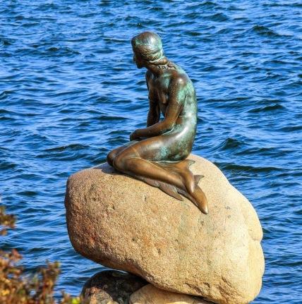 danimarca-copenaghen-la-statua-della-sirenetta-collocata-allingresso-del-porto